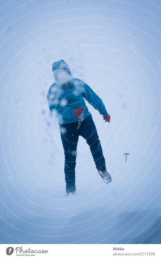 Junge Frau im Schneesturm Natur Jugendliche Winter Ferne Leben Gesundheit Wege & Pfade Schneefall Zufriedenheit Eis Wind Abenteuer einzigartig Schutz