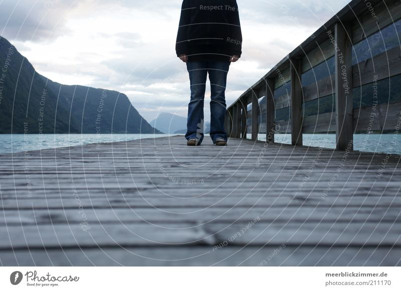 Kopflos Meer Berge u. Gebirge Fjord Wasser Beine Fuß 1 Mensch Himmel Wolken Anlegestelle kalt blau Farbfoto Gedeckte Farben Außenaufnahme Textfreiraum unten
