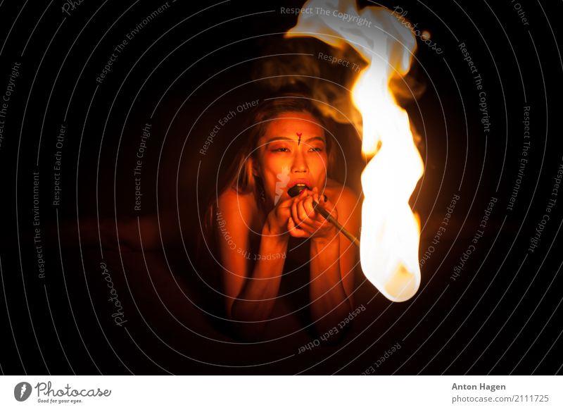 Spiel nicht mit mir, weil du mit Feuer spielst Mensch Jugendliche Junge Frau Sommer Erotik dunkel 18-30 Jahre Erwachsene Lifestyle elegant ästhetisch Sex