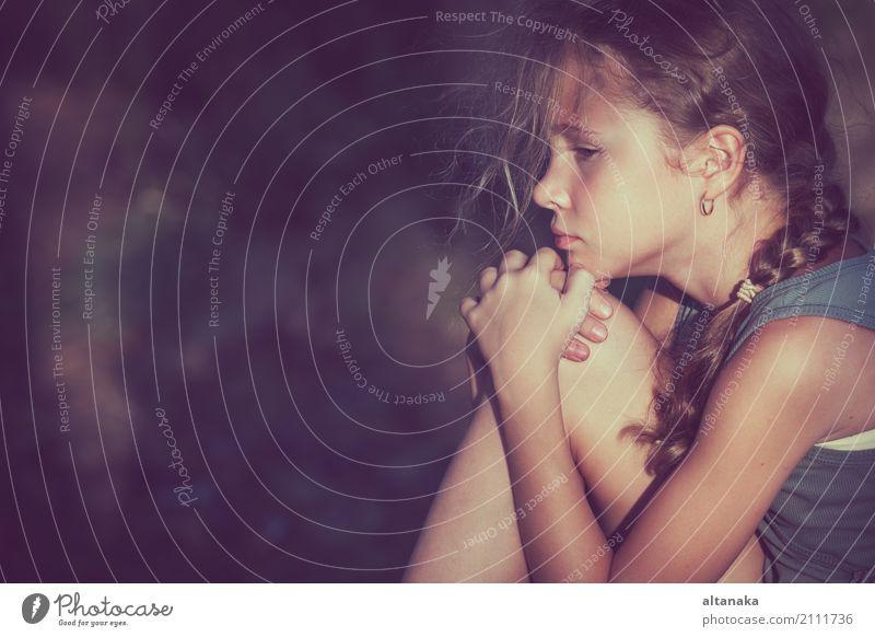 Portrait einer traurigen Teenagerin zur Tageszeit. Gesicht Kind Mensch Frau Erwachsene Schwester Familie & Verwandtschaft Kindheit Jugendliche Liebe Traurigkeit