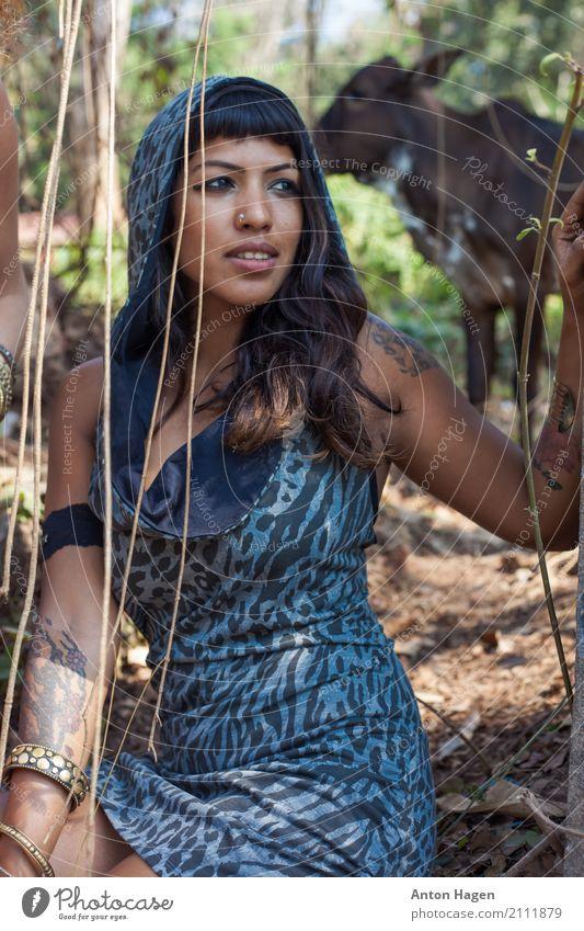 Indisches Mädchen mit Kuh im Hintergrund Mensch Natur Jugendliche Pflanze Junger Mann Baum Tier Wald 18-30 Jahre Erwachsene feminin Stil Mode Freundschaft