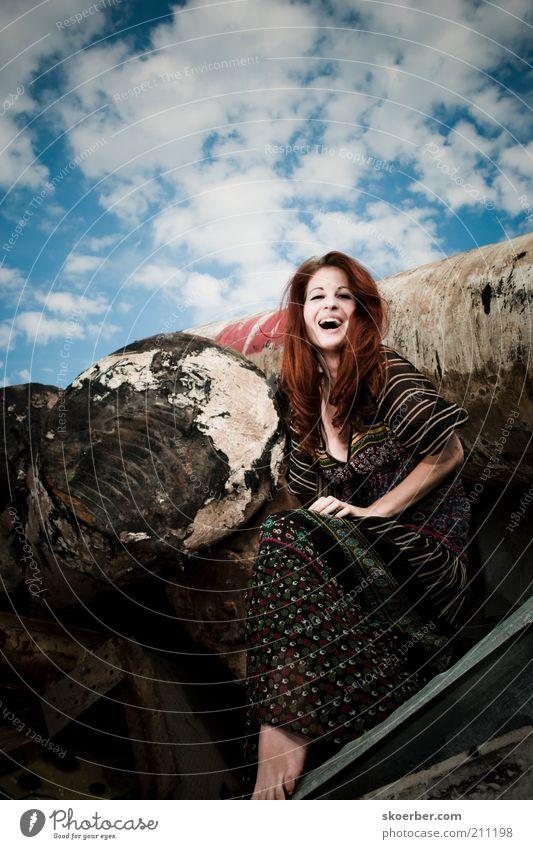 Das Mädchen vom Schrottplatz 1 Frau Mensch Jugendliche schön Freude feminin Glück lachen Haare & Frisuren Metall dreckig Erwachsene frei sitzen Fröhlichkeit Industrie