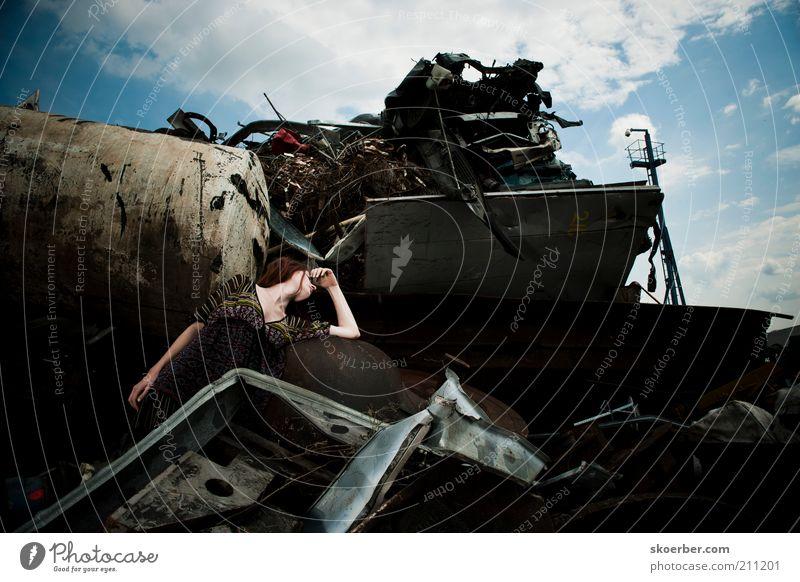 Das Mädchen vom Schrottplatz 2 Frau Mensch alt Jugendliche schön Erwachsene feminin Tod Traurigkeit Metall dreckig liegen natürlich Industrie Metallwaren Industriefotografie
