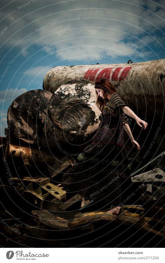 Das Mädchen vom Schrottplatz 4 Mensch Frau Himmel Jugendliche schön Wolken Erwachsene feminin Spielen Metall gehen dreckig natürlich frei außergewöhnlich
