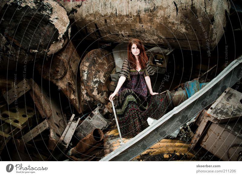 Das Mädchen vom Schrottplatz 5 Industrie Industriefotografie Recycling feminin Junge Frau Jugendliche 1 Mensch 18-30 Jahre Erwachsene rothaarig Metall