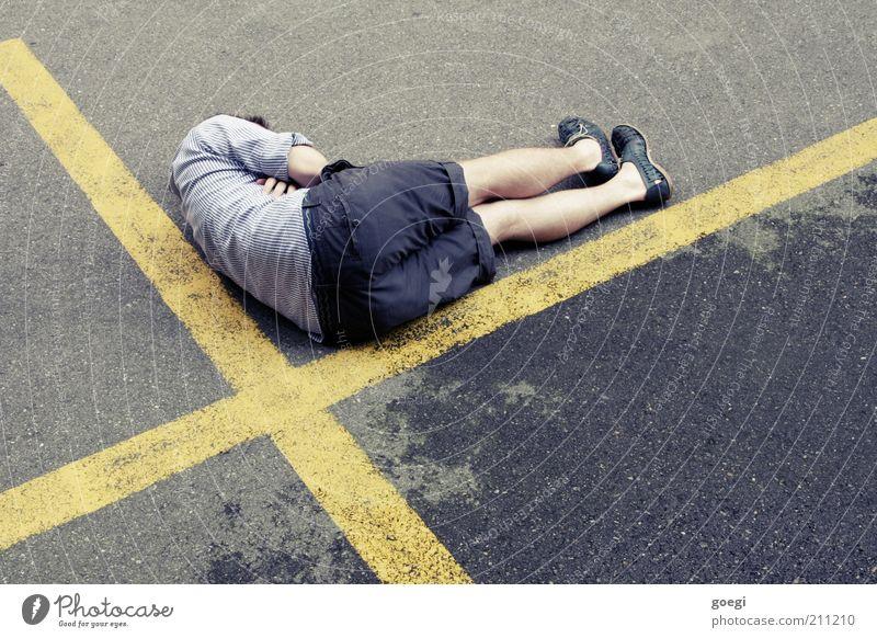 slow down Mensch Mann Jugendliche blau ruhig Erwachsene Einsamkeit gelb Straße grau Zufriedenheit Schuhe Freizeit & Hobby nass maskulin Platz