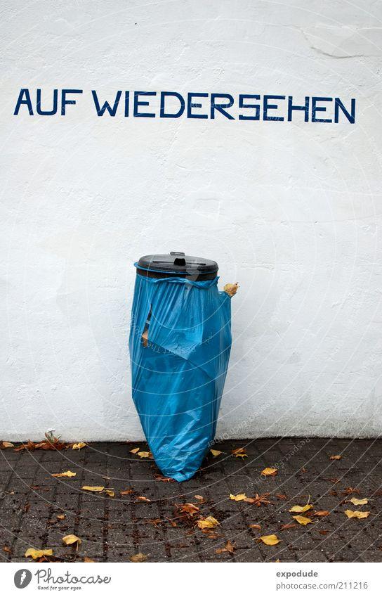 Abschied Kunststoff dreckig Sauberkeit blau Farbfoto Außenaufnahme Menschenleer Tag Totale Gruß Redewendung Müllbehälter Abschiedsstimmung Abschiedsschmerz