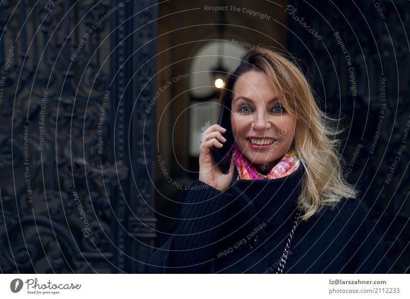 Mensch Frau Haus Winter Erwachsene Stil Glück Business Textfreiraum blond Fröhlichkeit historisch Telefon hören heimwärts PDA