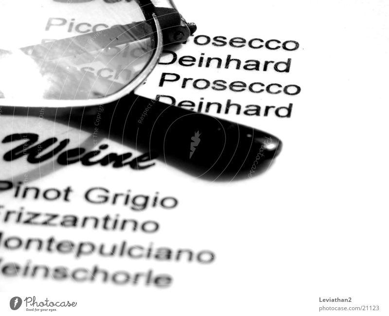 Schwarz auf Weiß Brille Speisekarte Prosecco Dinge Kontrast Wein Text Bildausschnitt Anschnitt Detailaufnahme Schwarzweißfoto Brillengestell Lateinische Schrift
