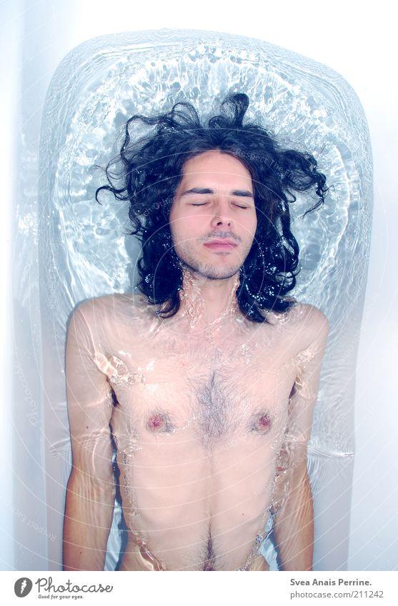 mandelmlich. Mensch Jugendliche Wasser blau nackt Haare & Frisuren Zufriedenheit Haut Erwachsene maskulin authentisch dünn Schwimmen & Baden trashig genießen Badewanne