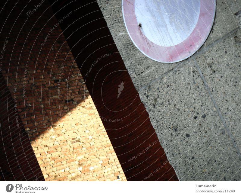 Zwischenfall Mauer Wand Verkehr Zeichen Schilder & Markierungen Verkehrszeichen einfach hell rund Ordnung Symmetrie Beton Durchgang ausgebleicht alt Verbote