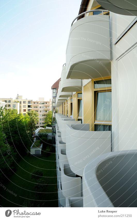 Die unendliche Fassade Wohnung Ordnung Häusliches Leben Farbfoto Außenaufnahme Abend Schwache Tiefenschärfe Zentralperspektive Balkon Mehrfamilienhaus