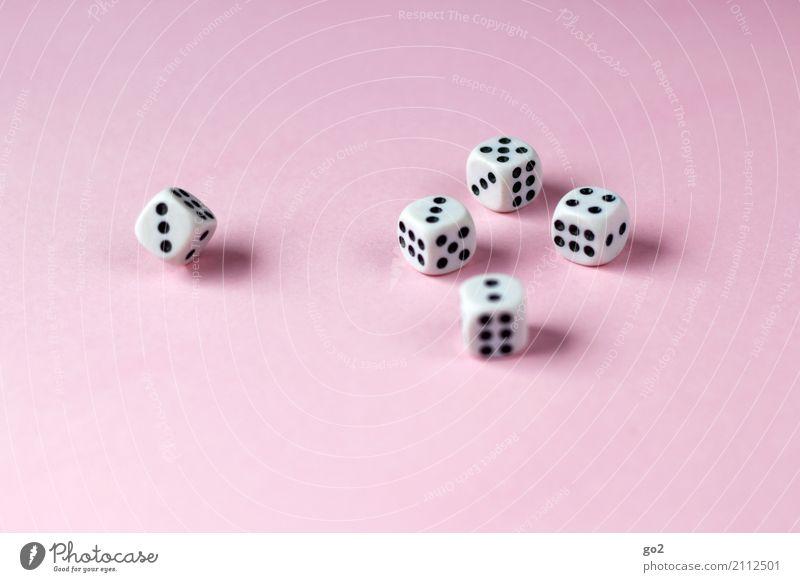 Glücksspiel Freizeit & Hobby Spielen Würfel Ziffern & Zahlen Freude Farbfoto Innenaufnahme Studioaufnahme Nahaufnahme Menschenleer Textfreiraum links