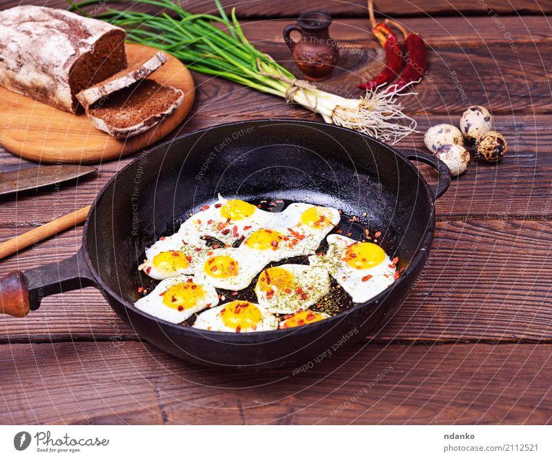 Gebratene Wachteleier grün rot Speise natürlich oben frisch Kräuter & Gewürze Küche lecker Restaurant Frühstück Tradition Brot Abendessen Mittagessen