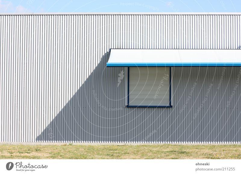 Wochenende blau ruhig Haus Fenster grau Gebäude Fassade geschlossen Dach Bauwerk Lagerhalle Textfreiraum links stagnierend Bildausschnitt Jalousie Fabrikhalle