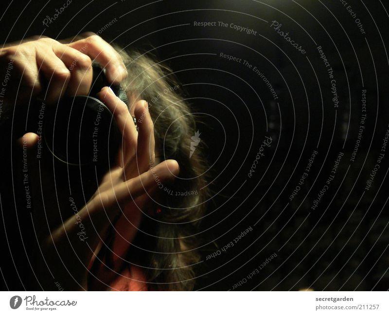 Zwischen den Linsen. Fotograf Fotokamera Frau Erwachsene Hand Haare & Frisuren brünett beobachten schwarz Neugier fokussieren Brennpunkt Finger Voyeurismus