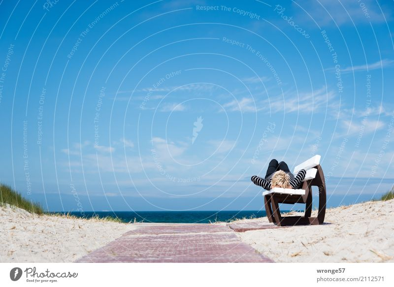 Tagträumen Ferien & Urlaub & Reisen Freiheit Sommer Sonne Strand Meer Mensch feminin Frau Erwachsene Weiblicher Senior 1 45-60 Jahre Erholung liegen maritim