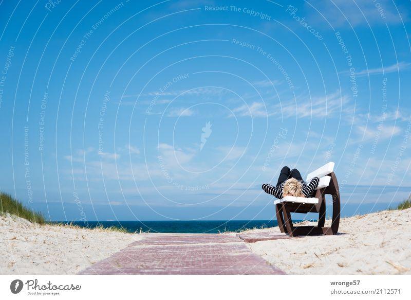 Tagträumen Mensch Frau Ferien & Urlaub & Reisen blau Sommer weiß Sonne Meer rot Erholung Strand Erwachsene feminin Freiheit liegen