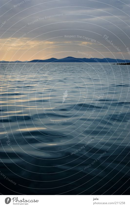 ruhige see Wasser Himmel Meer blau ruhig Wolken Ferne gelb Berge u. Gebirge Landschaft Zufriedenheit Wellen Insel Lebensfreude Hügel Kroatien