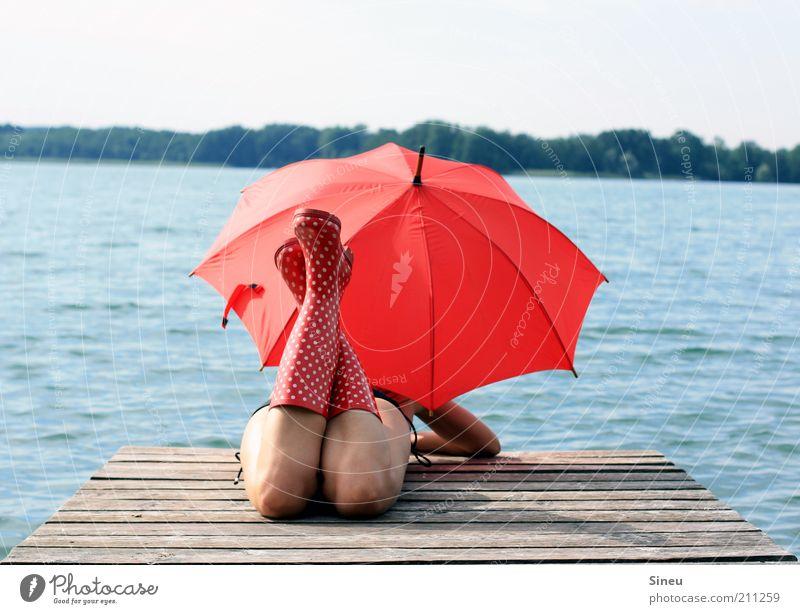 OK, ich warte... I Frau Himmel rot Ferne feminin Erwachsene See warten liegen frei Tourismus außergewöhnlich Neugier beobachten Regenschirm entdecken