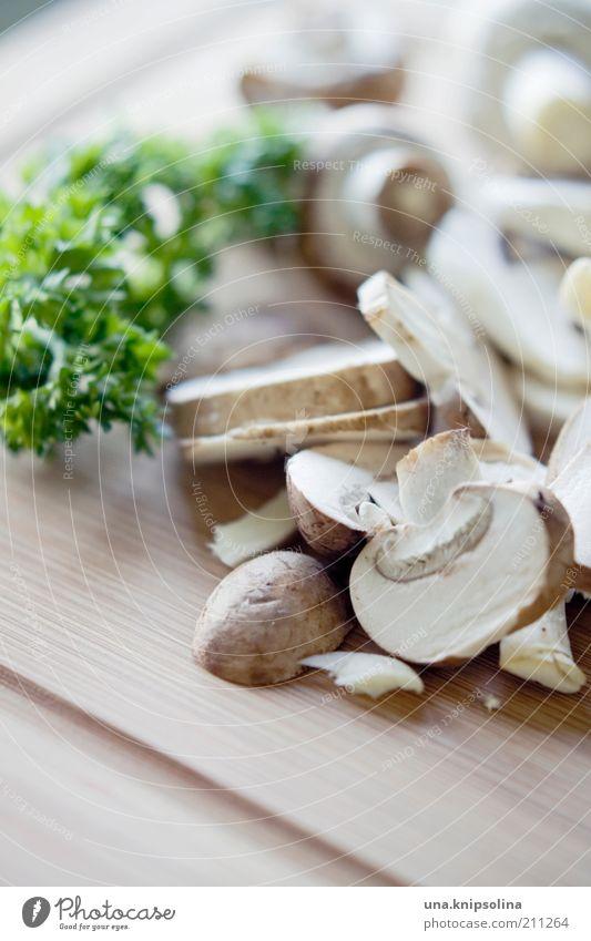 ein männlein stand im walde... liegen Lebensmittel Ernährung Foodfotografie Kräuter & Gewürze Teile u. Stücke Bioprodukte Pilz Diät geschnitten Schneidebrett