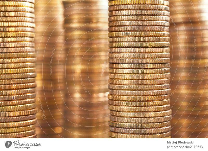 goldene Münzen Geld sparen Erfolg Wirtschaft Kapitalwirtschaft Börse Geldinstitut Business Karriere Metall Kreativität Geldmünzen Bargeld Stapel Hintergrund
