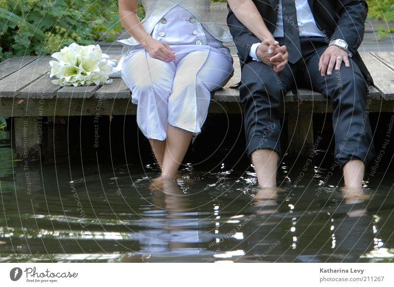 Erfrischung Mensch Wasser Hand Sommer Freude ruhig Liebe Erholung Glück See Beine Paar Zusammensein Zufriedenheit sitzen nass