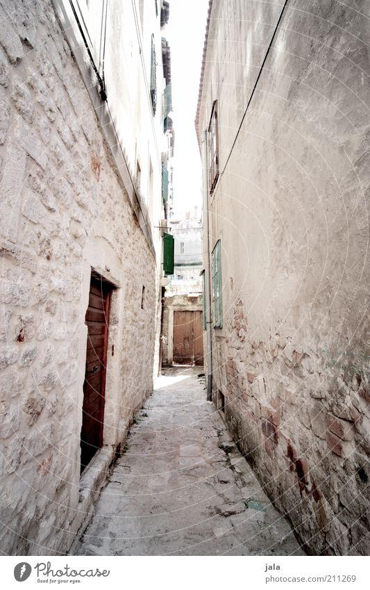durch die gassen... Kroatien Stadt Stadtzentrum Menschenleer Haus Bauwerk Gebäude Architektur Mauer Wand Fassade Tür Stein hell historisch eng Gasse Farbfoto