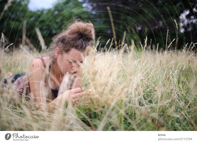 Grasgeflüster Mensch Natur Ferien & Urlaub & Reisen Jugendliche Junge Frau Sommer schön Erholung Einsamkeit 18-30 Jahre Erwachsene Traurigkeit Gefühle Wiese