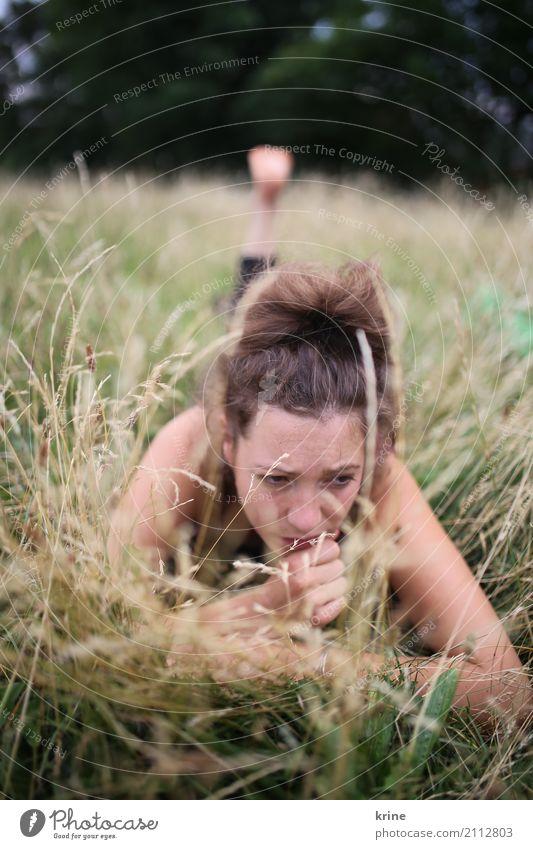 denk an dich IV feminin Junge Frau Jugendliche 1 Mensch 18-30 Jahre Erwachsene 30-45 Jahre Natur Sommer Gras Wiese Denken träumen Traurigkeit ästhetisch schön