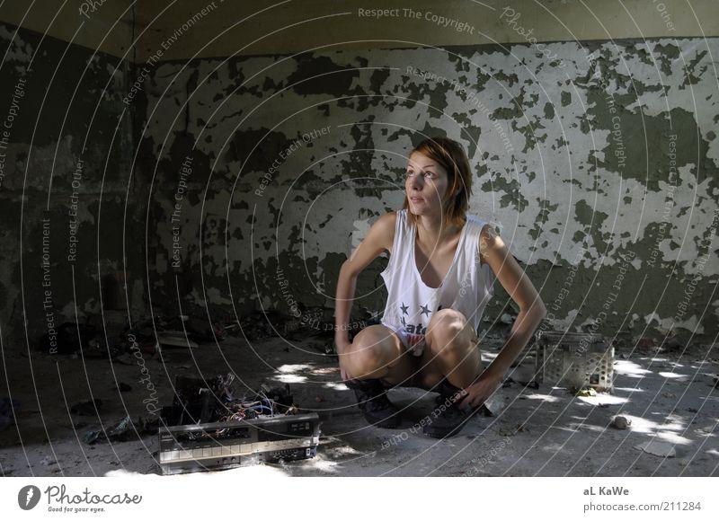 Scary go Round Expedition Sommer Tapete Raum feminin Junge Frau Jugendliche Erwachsene 1 Mensch 18-30 Jahre Sonnenlicht Schönes Wetter Ruine Bauwerk Gebäude
