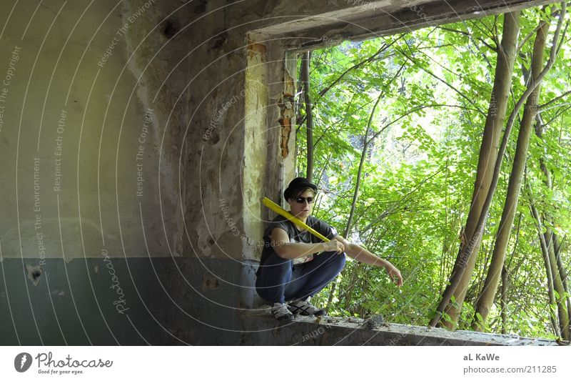 Blinky P. maskulin Mann Erwachsene Leben 1 Mensch 18-30 Jahre Jugendliche Subkultur Natur Sommer Schönes Wetter Baum Sträucher Gebäude Einsamkeit bizarr