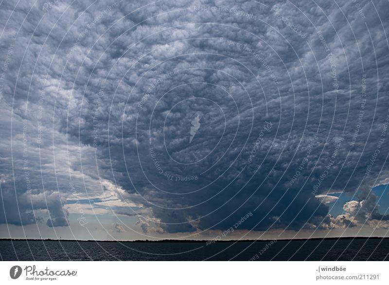 Überwältigende Naturgewalt Umwelt Landschaft Urelemente Luft Himmel Gewitterwolken Horizont Sonnenlicht Sommer Klima Wetter Unwetter Küste Ostsee Meer kalt blau