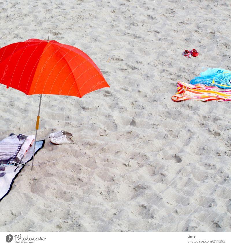 Strandzeuchs rot Sommer Strand Ferien & Urlaub & Reisen Sand Schuhe Sonnenschirm Schirm Decke Handtuch Wetterschutz Sommerurlaub Badetuch Strandleben Badebekleidung