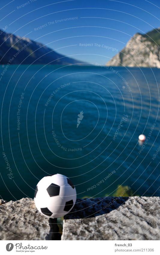 Abstoß am Gardasee Natur blau Wasser weiß Ferien & Urlaub & Reisen Sommer Freude ruhig Ferne Landschaft Sport Spielen Berge u. Gebirge Küste See Horizont