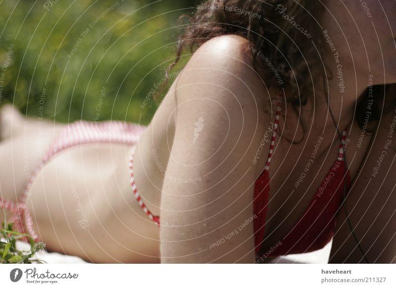 Mensch Natur Jugendliche grün schön rot Pflanze Sonne Sommer Erotik Körper Haut Junge Frau Bikini Sonnenbad Frau