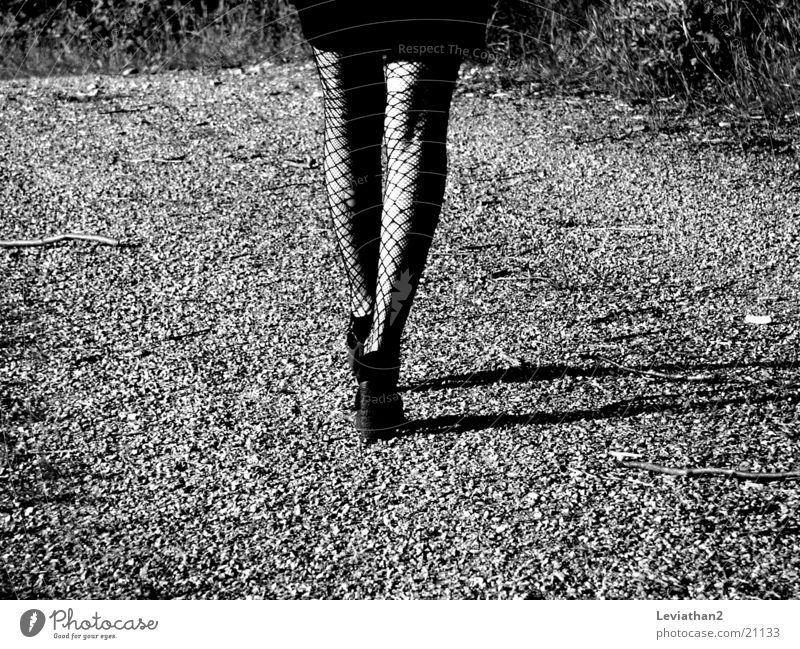 On her way home ... Frau Strumpfhose Netzstrumpfhose Loch Schuhe Kies Schotterweg Beine Schatten laufen Wege & Pfade Treppenabsatz