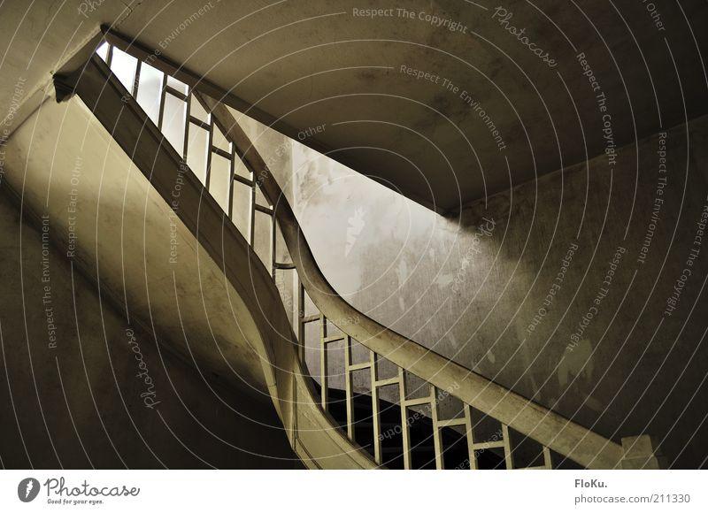 Die stille Treppe alt weiß schwarz Einsamkeit grau Architektur braun dreckig Treppe trist Wandel & Veränderung Vergänglichkeit gruselig Verfall Vergangenheit historisch