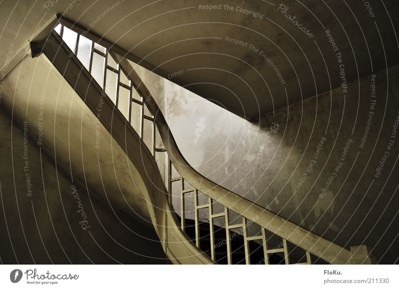 Die stille Treppe Menschenleer Architektur alt dreckig gruselig historisch trist braun grau schwarz weiß Verfall Vergangenheit Vergänglichkeit Treppenhaus