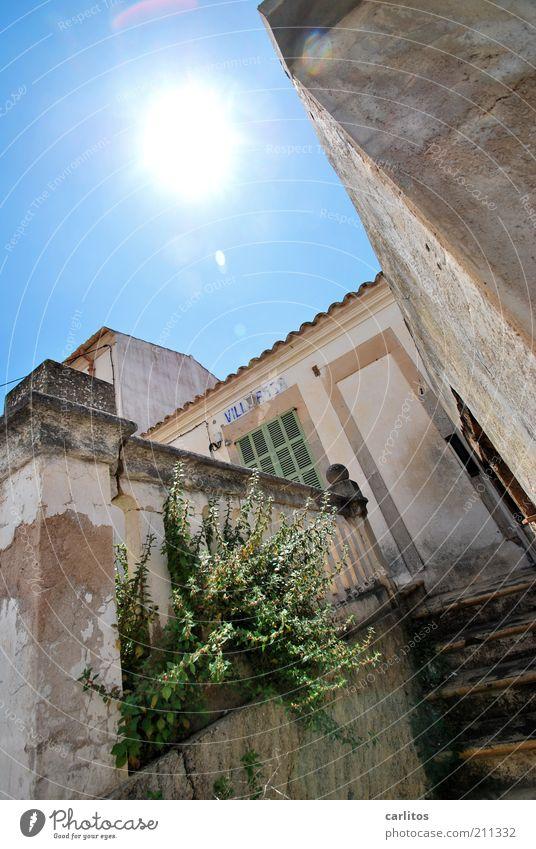 VILLA ROSA Wolkenloser Himmel Sonne Sommer Schönes Wetter Sträucher Kleinstadt Haus Ruine Mauer Wand Fassade alt leuchten authentisch eckig kaputt blau weiß