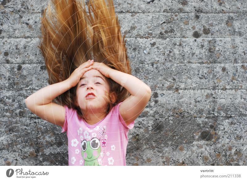 Feuer und Flamme Mensch Kind Mädchen Wand grau Bewegung Haare & Frisuren Mauer Kindheit blond rosa verrückt T-Shirt fantastisch frech werfen