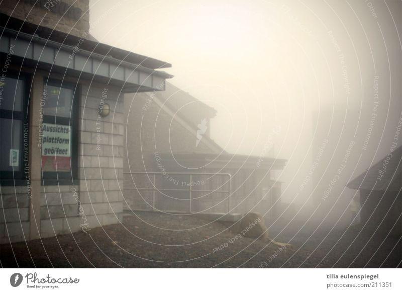 Aussichtsplattform geöffnet Ferien & Urlaub & Reisen Haus Wolken Einsamkeit dunkel kalt Gebäude Stimmung Nebel Ausflug Tourismus bedrohlich gruselig Gipfel Hinweisschild Geländer