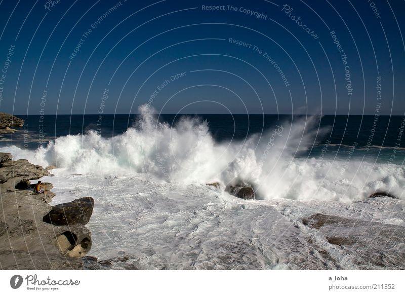 i alone Mensch blau Strand Meer Ferne Landschaft Bewegung Küste Stimmung Wellen Kraft nass Horizont hoch Felsen gefährlich