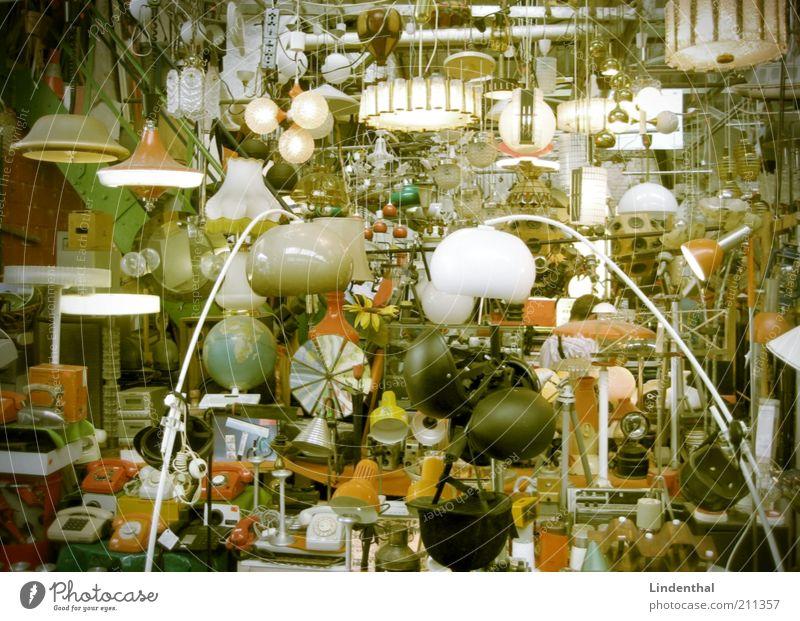 Brauchst du Lampe? Kitsch Krimskrams Nostalgie Flohmarkt Lampenschirm lichtvoll verkaufen Buden u. Stände alt Farbfoto Innenaufnahme Tag Ladengeschäft gebraucht
