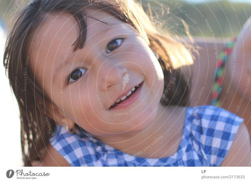 glückliches lächelndes Mädchen Mensch Kind ruhig Freude Erwachsene Leben Lifestyle Liebe Gefühle Familie & Verwandtschaft Freizeit & Hobby Zufriedenheit