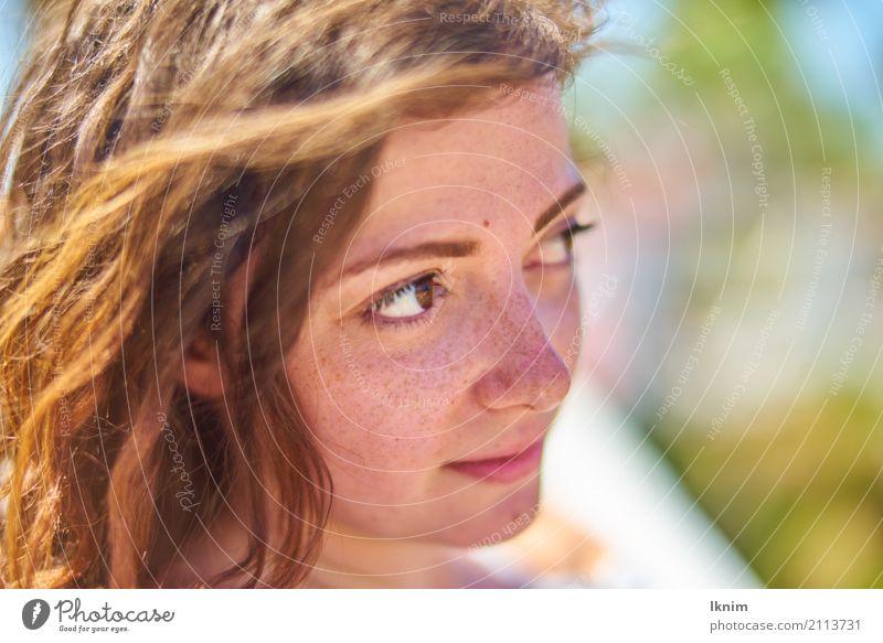 Sommerblick Lifestyle schön Gesundheit Wellness Leben harmonisch Wohlgefühl Zufriedenheit Sinnesorgane Sommerurlaub Junge Frau Jugendliche Kopf Haare & Frisuren