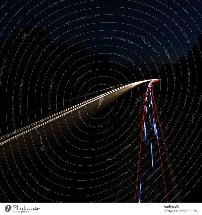 Blaulicht Verkehr Verkehrsmittel Straße Autobahn Fahrzeug PKW Geschwindigkeit Leuchtspur Geisterfahrer nachtblind Farbfoto Außenaufnahme Textfreiraum links
