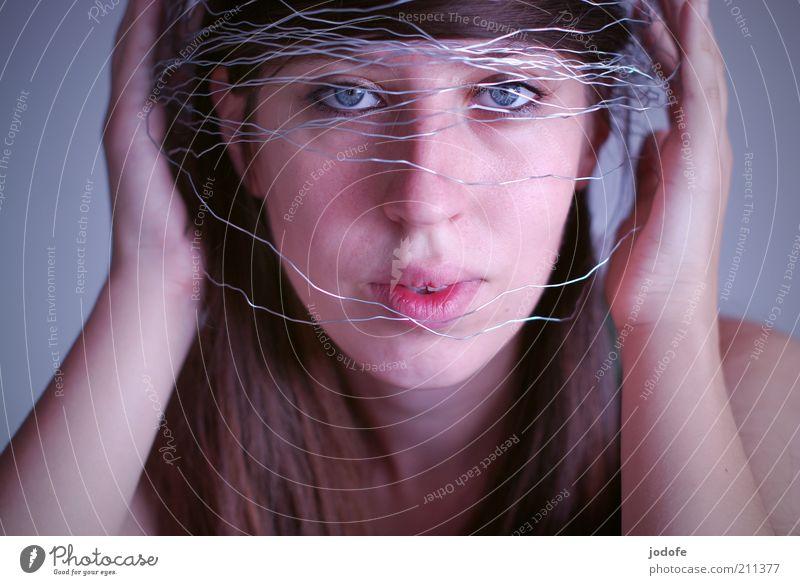 Helm Mensch feminin Junge Frau Jugendliche Erwachsene Gesicht 1 18-30 Jahre Schutz festhalten schützend Draht silber Farbfoto mehrfarbig Innenaufnahme
