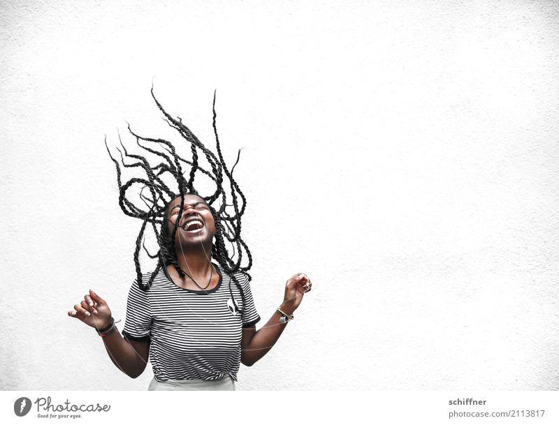 Frau mit fliegenden Dreadlocks Mensch feminin Junge Frau Jugendliche Haare & Frisuren 1 13-18 Jahre 18-30 Jahre Erwachsene lachen schreien außergewöhnlich