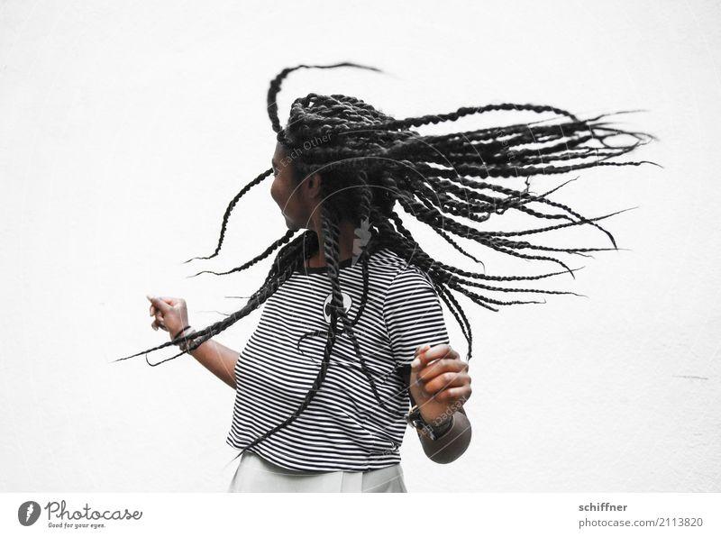 Frau mit fliegenden Dreadlocks Mensch feminin Junge Frau Jugendliche 18-30 Jahre Erwachsene Tanzen schütteln Zentrifugalkraft drehen Freude Afro-Look